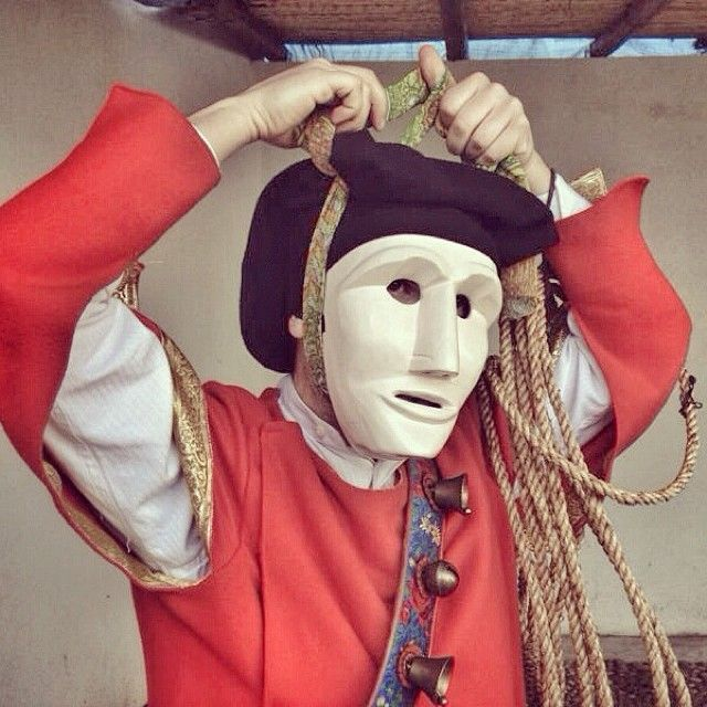 L'#Issohadore è l'altra maschera tipica del carnevale di #Mamoiada (NU) in #Sardegna. Il suo ruolo è dominante rispetto a quello del Mamuthone. Entrambe le maschere sfilano sempre insieme. #sardinia #traditionalmasks #masks