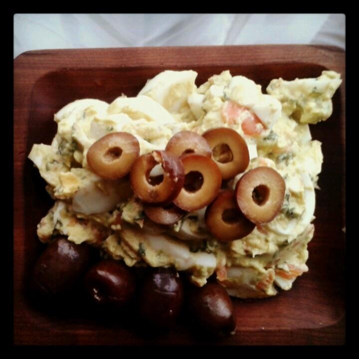 Pasta de huevo con tomate, palta, ajo, cilantro y aceitunas.