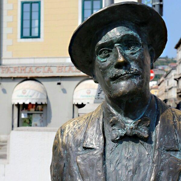 """Это мой любимый писатель, Джеймс Джойс. Встретились сегодня в Триесте, он там жил, в том числе и тогда, когда писал свой роман """"Улисс"""" - главную книгу двадцатого века. Про отношения, конечно."""