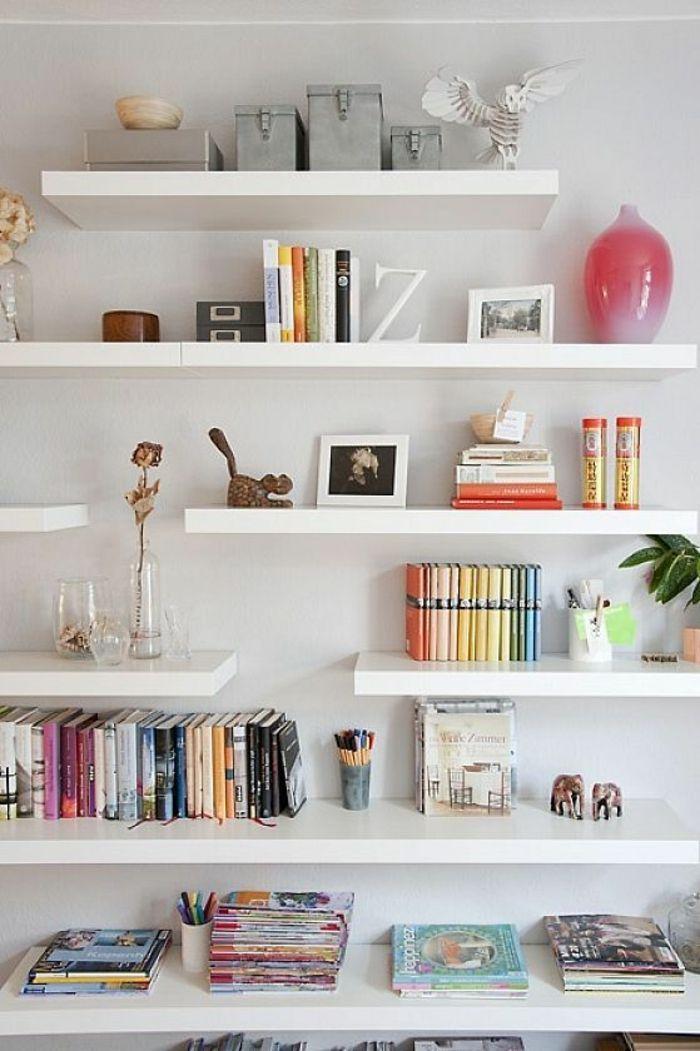 étagère design murale en bois blanc, livres, décoration murale, mur blanc, livres, décoration