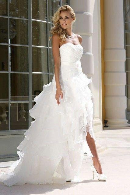 Femme blonde robe blanche
