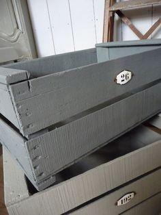 caisses peintes en gris
