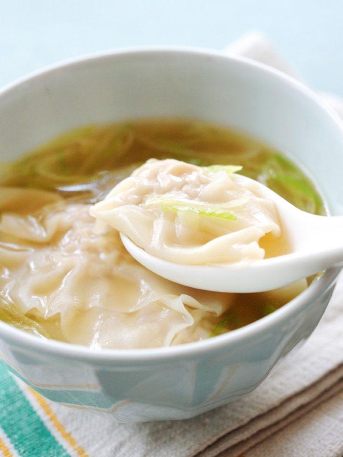 ねぎがたっぷり入ったワンタンをスープ仕立てに! スープにも葱が入って食べ応えもしっかり|『ELLE a table』はおしゃれで簡単なレシピが満載!