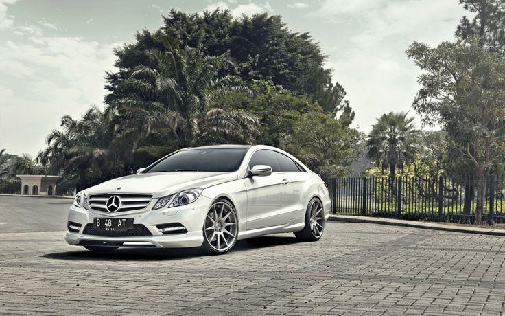 Silver Mercedes-Benz E-Class Coupe HD Wallpaper - http://www.gbwallpapers.com/silver-mercedes-benz-e-class-coupe-hd-wallpaper/ ( / Cars)