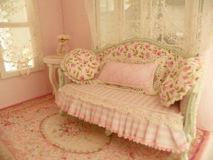divano shabby chic per casa di bambole in scala 1/12 di Mondinadollhouse su Etsy