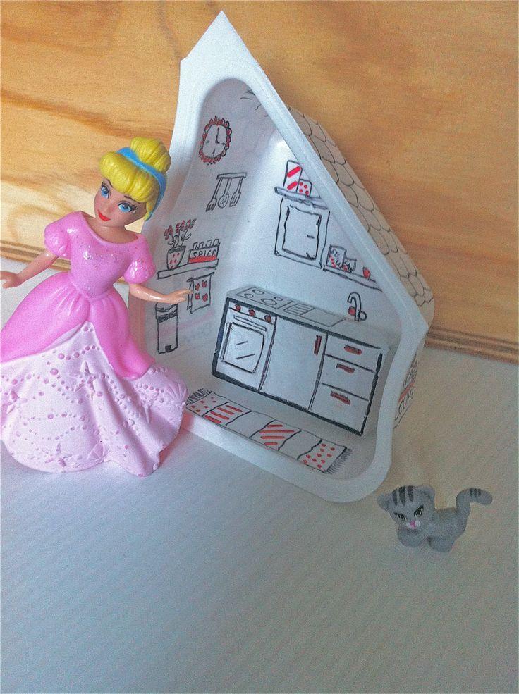 Casetta delle bambole fai da te con materiali di riciclo, vasetto yogurt e scatolina di confetti di cioccolato http://mangialeggicrea.blogspot.ch/2014/11/casetta-delle-bambole-fai-da-te-ovvero.html