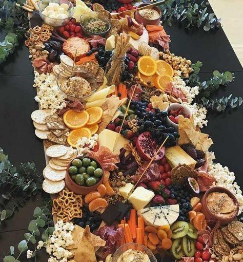 Große Käseplatte mit viel Obst, Gemüse und Knabbereien
