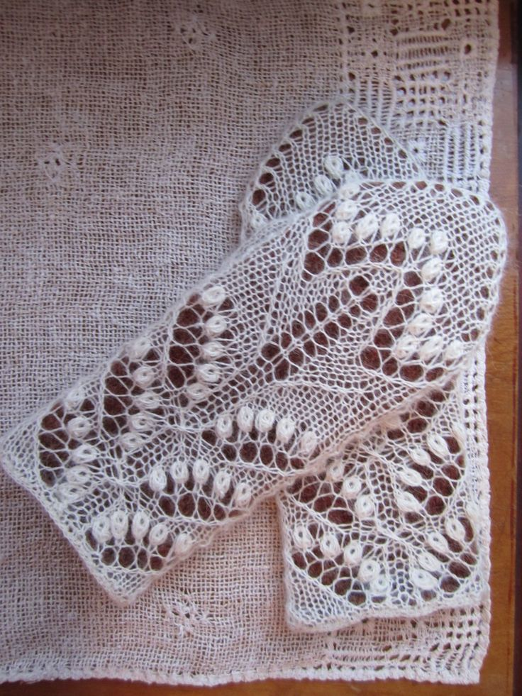 Kati tehtud pitskäpikud Haapsalu pitssallide ainetel. Kootud detsembris 2013. / Estonian lace mittens inspired by Haapsalu shawls.