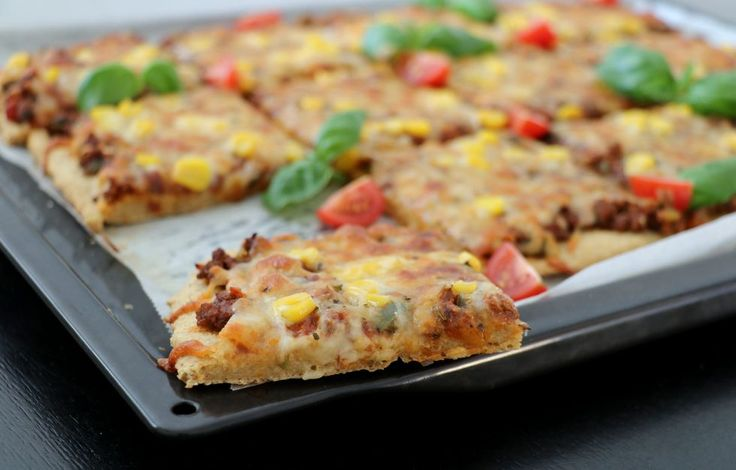 Sunn pizza med enkel havrebunn uten heving