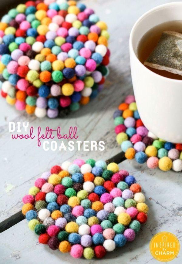 Porta copo feito com bolinhas de lã de feltro  http://www.inspiredbycharm.com/2014/01/diy-wool-felt-ball-coasters.html?cuid=d4482fa326d46e6f9bcc7abd8ec6c940