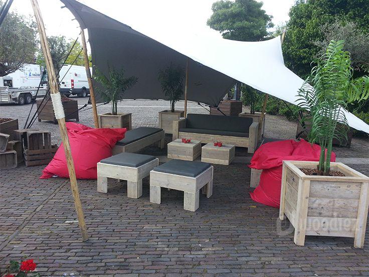 WOODIEZ | Creëer een gezellige hoek met steigerhouten loungebanken. Deze flexlounge plaats je zoals jij dat wilt! #steigerhout #loungemeubilair #huren