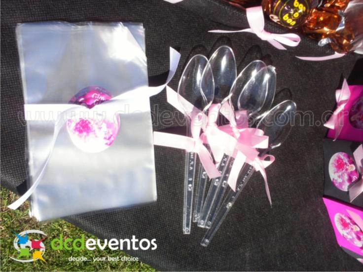 Bolsitas personalizadas con sticker personalizado temático para que los invitados puedan servirse las golosinas del candy bar.