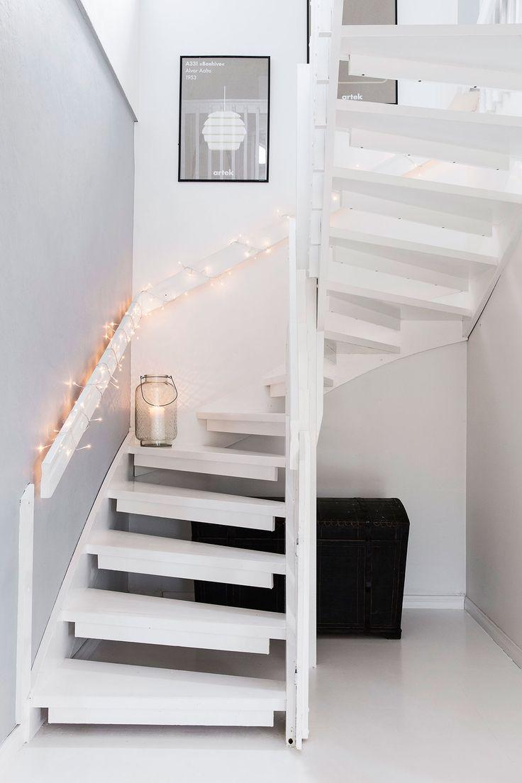 Yläkertaan vievät portaat haluttiin pitää mahdollisimman yksinkertaisina. Valoilla ne saa koristeltua kauniisti jouluisiksi.