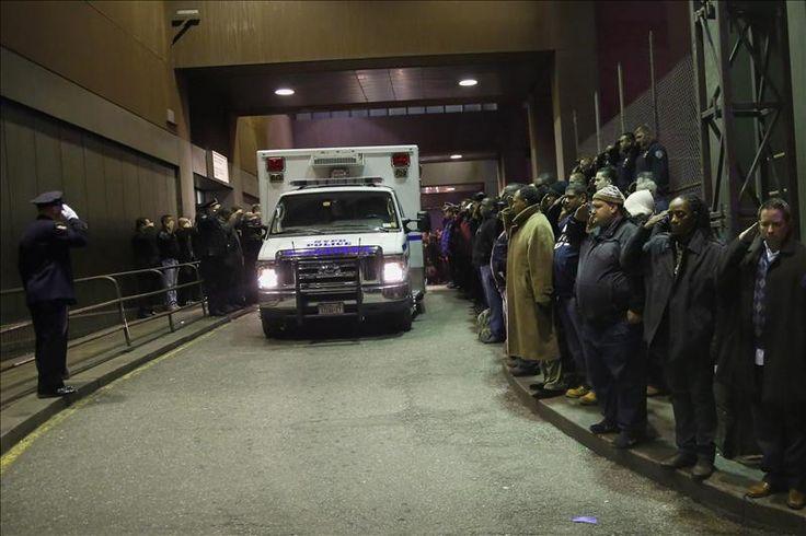 """Washington, 21 dic (EFEUSA).- El presidente Barack Obama condenó la muerte de dos policías en Nueva York tiroteados por un hombre que había advertido su intención de actuar en respuesta a la muerte de varios afroamericanos a manos de las fuerzas del orden. """"Dos hombres valientes no van a volver a casa con sus seres …"""