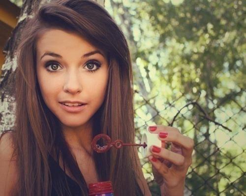Dit is Anna.Het mooiste meisje van de klas. Haar lange donkerbruine haren,haar bruine ogen,volle lippen.Ivan dacht dikwijls aan haar.