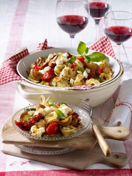 Ein Tortellini-Salat geht schnell, sieht toll aus und schmeckt Allen. Mit Tomate-Mozzarella oder Spargel - 8 leckere Tortellini-Rezepte fürs Grillvergnügen.