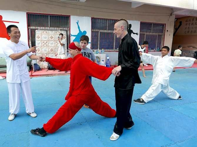 Learn Meihua Quan and longevity exercises with Shifu Shi Yan Jun in Shaolin Temple. kungfushaolins.com