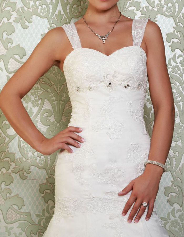 MIRANDA Sweetheart neckline with or without straps, pretty embellishements and perfect fit. https://www.wed2b.co.uk/vintage-wedding-dresses/viva-bride-miranda.php