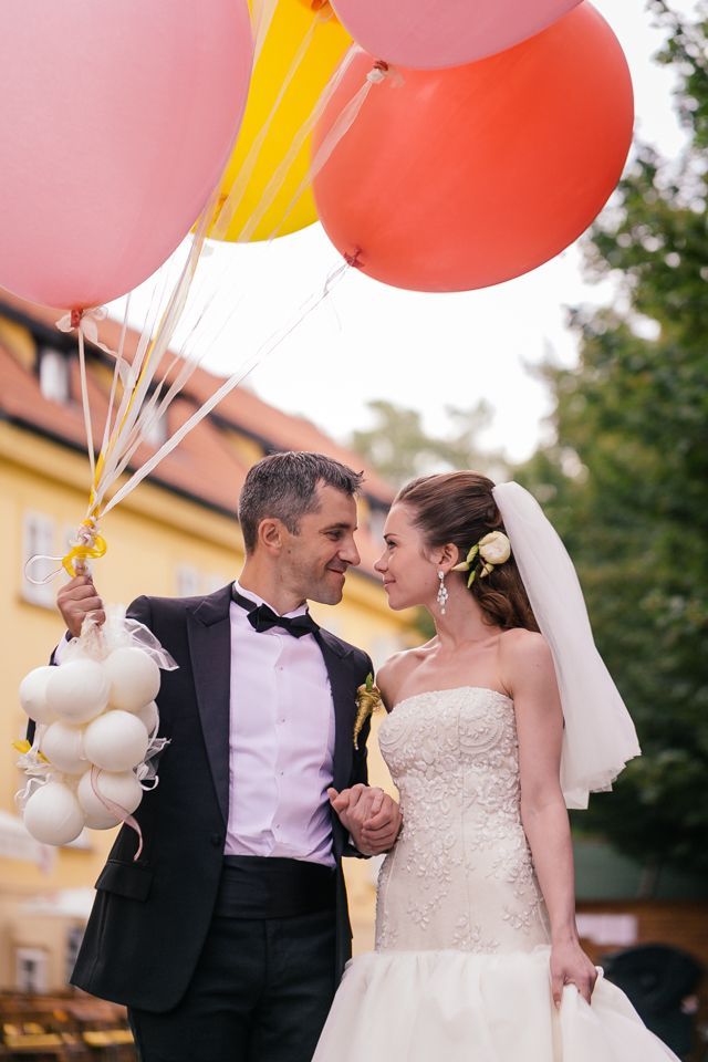 Wedding couple with balloons in Prague