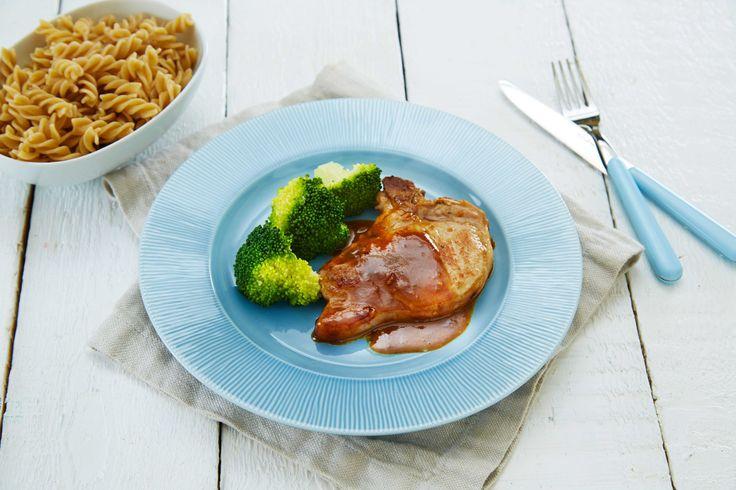 Oppskrift på sursøte svinekoteletter med inspirasjon fra Asia. Retten kan varieres med alle dine favorittgrønnsaker.