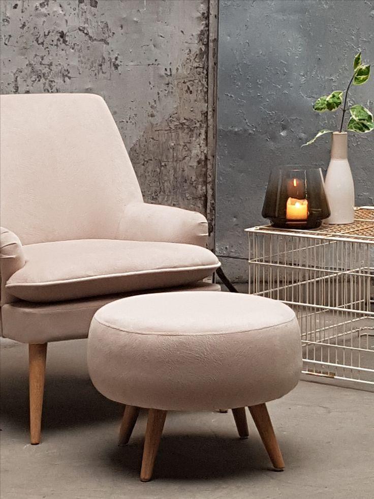 Liten og nett hvilestol som passer til alle rom og leiligheter. Utrolig fin tekstil med marmorert overflate.