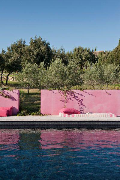 piscine au bord du jardin dans le sud avec mur matière peint en rose