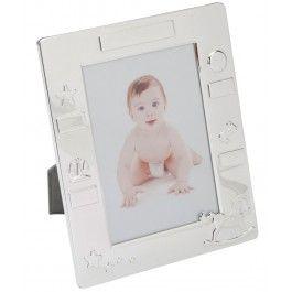 Inveseleste-i pe nasiii de botez cu o rama foto bebelusi cu cea mai frumoasa poza a celui mic de la botez, o amintire care va trona mult timp in biblioteca lor.