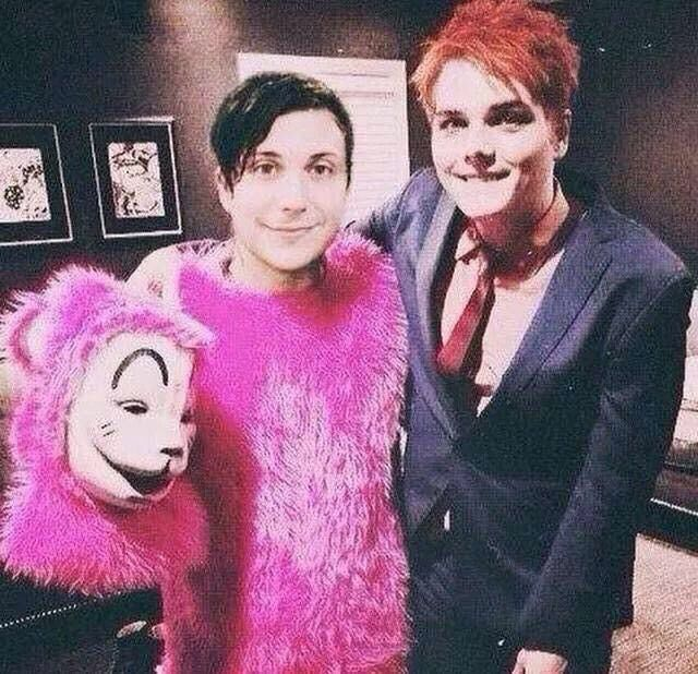 Gerard and Frank Still friends. This seriously makes me the happiest person on earth rn.<<OMG I WASNT READY I DIDNT KNOW AAAAHHH SO THE RUMORS ARE TRUE FRANK IS LOLA OMG THEYRE FRIENDS IM SO HAPPY