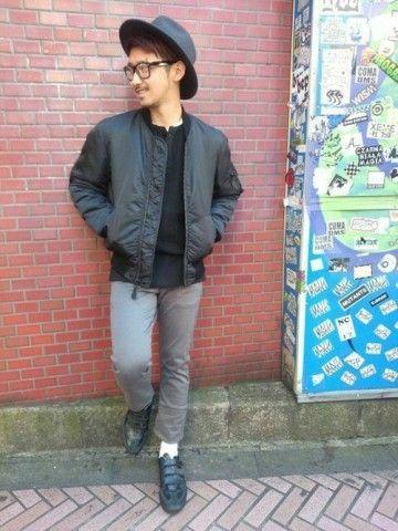 ブラックナイロンジャケットとハットを合わせておしゃれ男子。人気・おすすめコーデのメンズ一覧。ナイロンジャケットのトレンド。