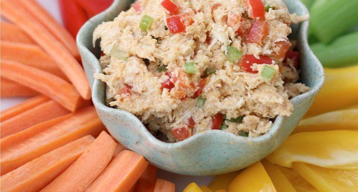 Het recept hummus kipsalade is eiwitrijk, voedzaam en gezond. Je kunt het recept gebruiken voor een maaltijdsalade, maar ook als dip bij je gezonde snack.