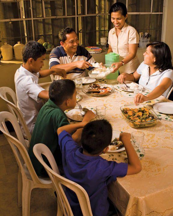Me gusta comer la cena con mi familia todos los días. Nosotros sentamos y hablamos sobre nuestros días.