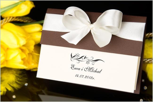 http://www.zjakzaproszenia.pl/2011/01/24/zaproszenia-slubne-z-wkladka-kokarda-i-okladka-otwierane-do-gory/    Piękne zaproszenie ślubne z połączenia eleganckiej okładki i szerokiej kokardy.