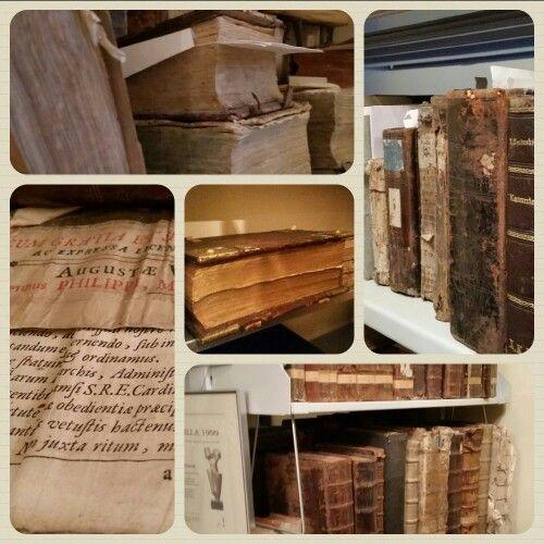 Ostatnio byliśmy na wycieczce w Muzeum Archidiecezji Łódzkiej, które znajduje się przy łódzkiej Katedrze. Gdzie można zobaczyć stare manuskrypty z poprzednich wieków.  Więcej zdjęć na profilu FB - www.facebook.com/lodzkiklubturystowkolarzy  #łódzkie #Łódź #książki #muzeum #ŁKTK #oldbooks #church #Poland