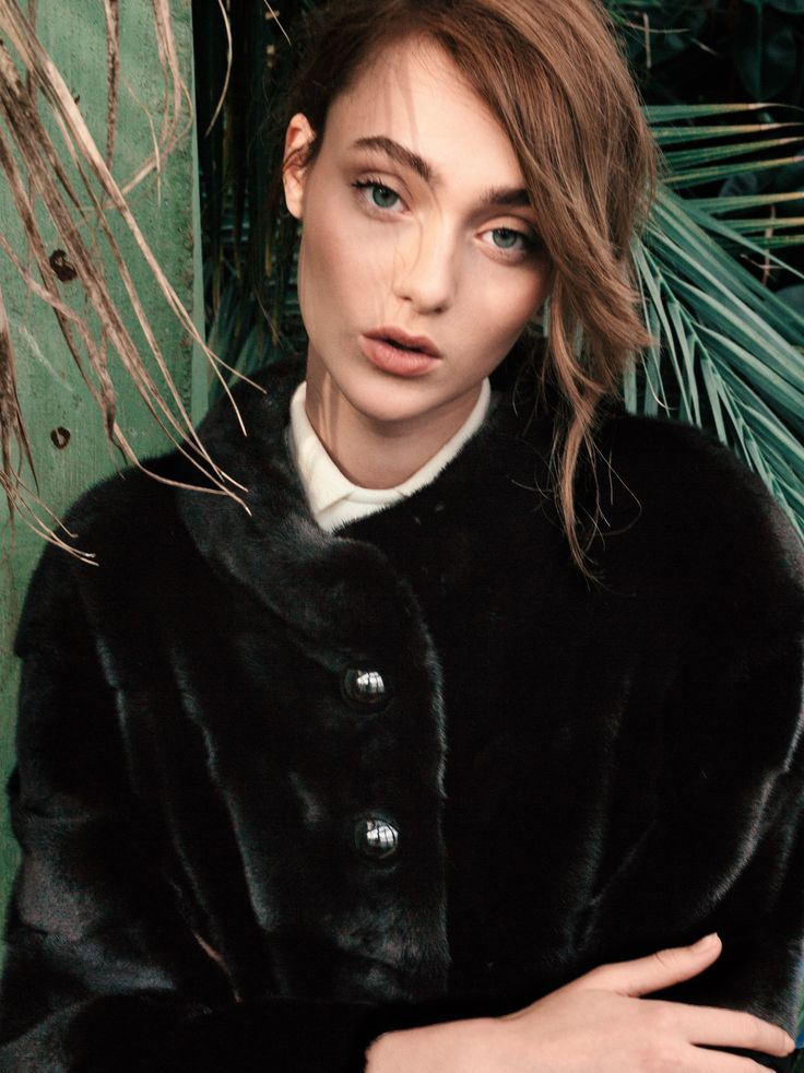 Feel mysterious and sophisticated in this short mink fur coat