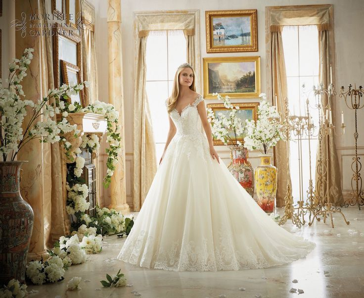 Ontdek de prachtige bruidsmode van Morilee.  Lees het volledige interview op onze website.