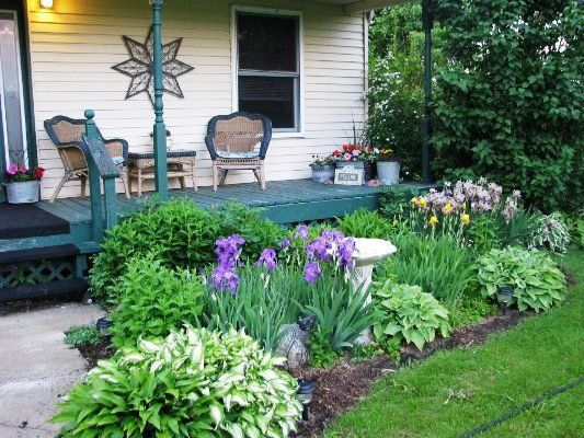 Front porch flower gardens catherines traditional front for Front garden bed ideas