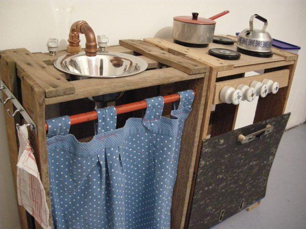 """Sehr kreativ und eine wahre Bereicherung für die Sammlung selbst gebauter Kinderküchen… Die Küchenzeile aus zwei alten Weinkisten, die Vorhangstange ein ausrangierter Skistock mit einer in die Jahre gekommenen Küchenschürze davor. Isolatoren als Drehknöpfe, die Backofentür einLeitz-Ordner. Und nicht zu vergessen – der Wasserhahn… Eine nette Leserin hat mir die... <a href=""""http://www.catherinehug.de/eine-kinderkueche-aus-weinkisten/"""">Read More →</a>"""