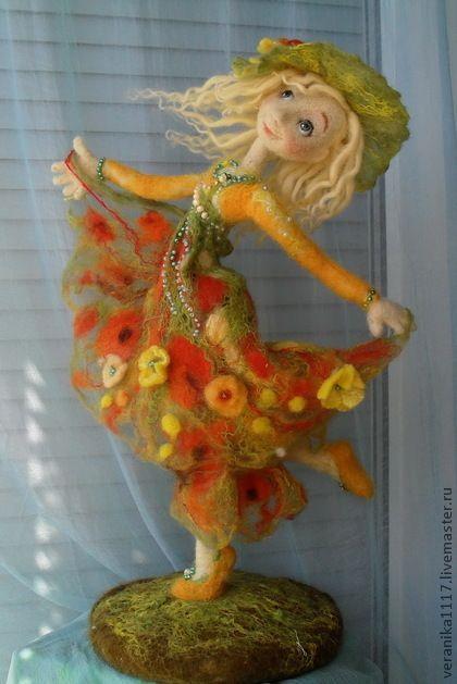 Авторская кукла `Танец Солнечного Лета`.. Интерьерная кукла. Работа выполнена в технике сухого и мокрого валяния. Каркас дает возможность менять движение фигуры. Единственный экземпляр.