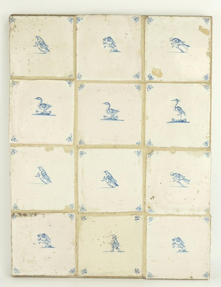 Een plaat met 12 blauwwit aardewerk tegels, waarvan 11 met afbeelding van diverse vogels en 1 met afbeelding van een man, Holland, 17/18e eeuw