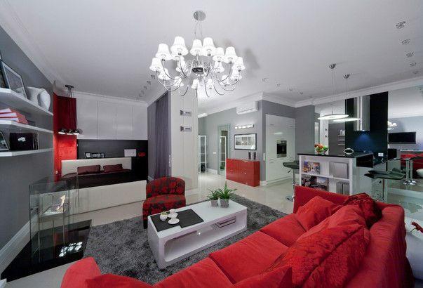 Интерьер гостиной с красным диваном