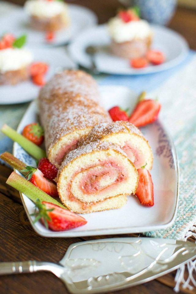 Rulltårta med rabarber och jordgubbar | Tidningen Hembakat » Fredriks Fika | Bloglovin'