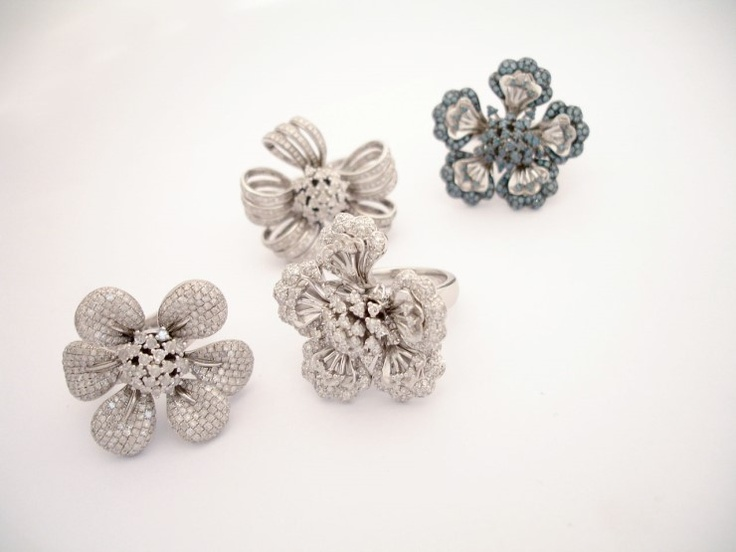 flower leaf - MK 쥬얼리의 너무 예쁜 꽃반지 시리즈 입니다^^*  얼마전 SBS 마이더스에서 패션리더로 자리매김 하신 김희애씨에게 협찬된 제품이기도 한데요~  꽃잎이 하나하나 움직일때마다 다이아의 반짝임이 더욱 돋보이는게 이 반지의 특징입니다.  특별한날 조금 화려하게 연출하기에 좋은 제품입니다~  http://minwhee.com  http://minwhee.co.kr  http://blog.naver.com/minwheee  http://www.facebook.com/minwheejewelry