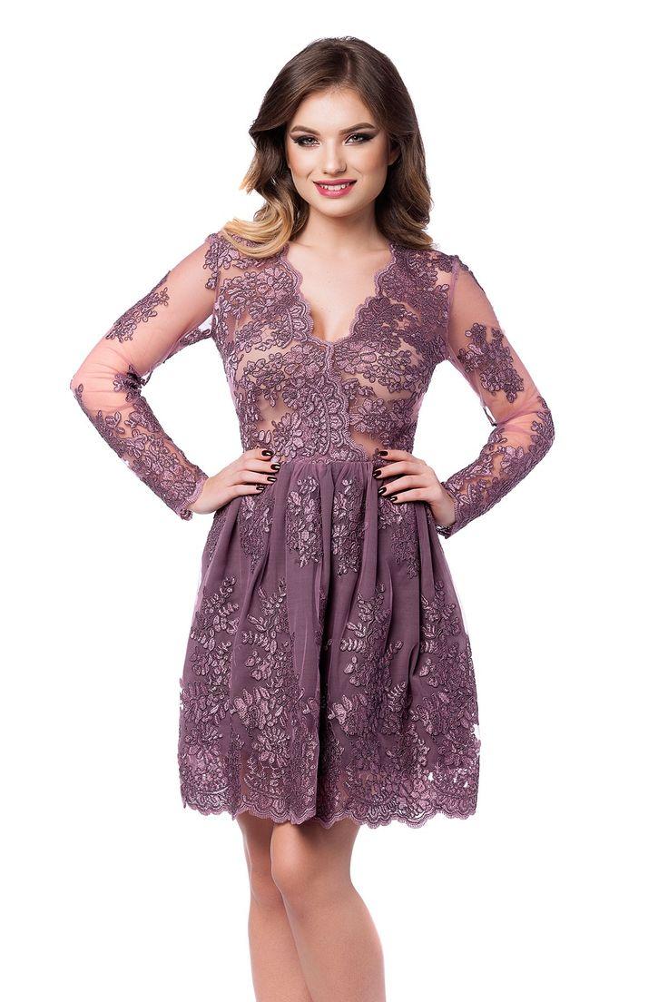 Rochie Selin - O rochie de seara scurta cu accente glamour, Selin reprezinta piesa de rezistenta a unei aparitii spectaculoase la un banchet, o gala, un bal sau orice eveniment special. Rochia scurta de seara intr-o fascinanta nuanta delicata de lila este confectionata integral din dantela pretioasa brodata manual, care reuseste, simultan, sa acopere suficient de mult incat sa iti confere o alura misterioasa, dezvaluind, totodata, suficiente detalii incat sa iti asigure un plus de…