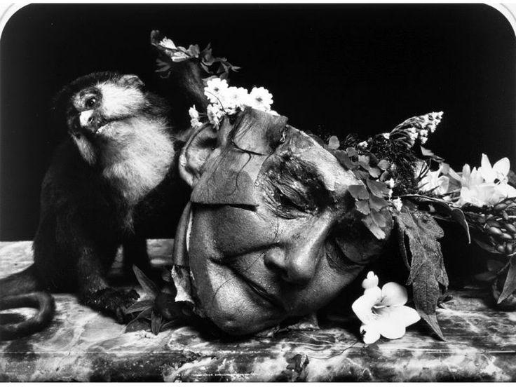 Cadáveres, partes de cuerpos, transexuales, enanos y personas con deformaciones son algunos de los protagonistas que el fotógrafo estadounidense, Joel Peter Witkin, ha retratado en cada una de sus obras. El resultado: censura y acusaciones de necrofilia y otras perversiones.