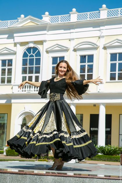 Купить или заказать Цыганская юбка 'Восточный базар' в интернет-магазине на Ярмарке Мастеров. Яркая эффектная блестящая цыганская юбка. Очень красиво драпируется и 'играет' в танце. Для эффектной красотки! Юбка будет танцевать за Вас! :) Стоит лишь взмахнуть ею в танце! Юбка очень пышная, объемная. Фасон два солнца, который расширяется книзу еще сильнее. Юбка сшита из креп-сатина, парчи, кашибо. Использована тесьма и элементы лейсов. Жесткий пояс.