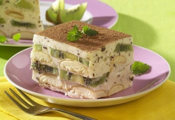 Prajitura cu kiwi si piscoturi este un desert delicios si fresh. Mai mult, se face rapid pentru ca nu are nevoie de coacere. Ingrediente: – 300 g pişcoturi de şampanie Pentru cremă: – 1 ou – 150 g zahăr – coajă rasă de lămâie – 200 ml apă – 30 g făină – 200 g frişcă – 50 g ciocolată neagră