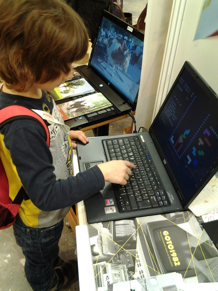 Igranje Tetrisa kot način spoznavanja računalniške zgodovine. / Learning about the history of computers by playing Tetris.