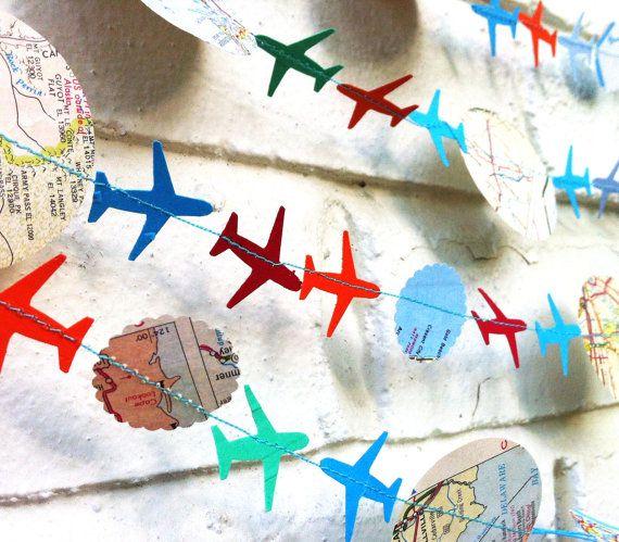 Neem een kijkje op de lucht vliegtuig Garland!  Het is 10 lang en klaar om te verlevendigen van een partij of kamer. Gemaakt van papier, is deze slinger herbruikbaar en langdurige. Het gemaakt van verschillende maten van cirkels en mini vliegtuigen.  Het kan langer op verzoek worden gemaakt