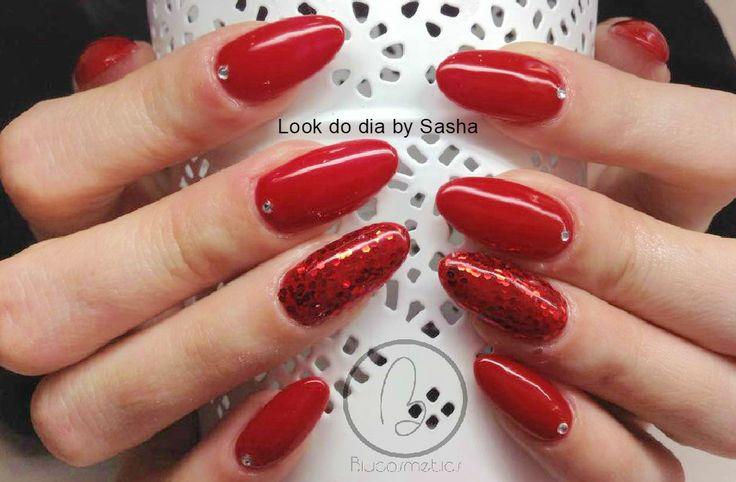 Hoje no nosso #lookdodia temos o trabalho da nossa técnica Sasha Crane-Smith, um look em red glitter wink emoticon Para adquirir o artigo da imagem pode aceder ao nosso site: http://biucosmetics.com/ As cores utilizadas pode visualizá las no link abaixo: http://biucosmetics.com/tomatoes.html Nail art:  http://biucosmetics.com/glitter-crispy-magma.html