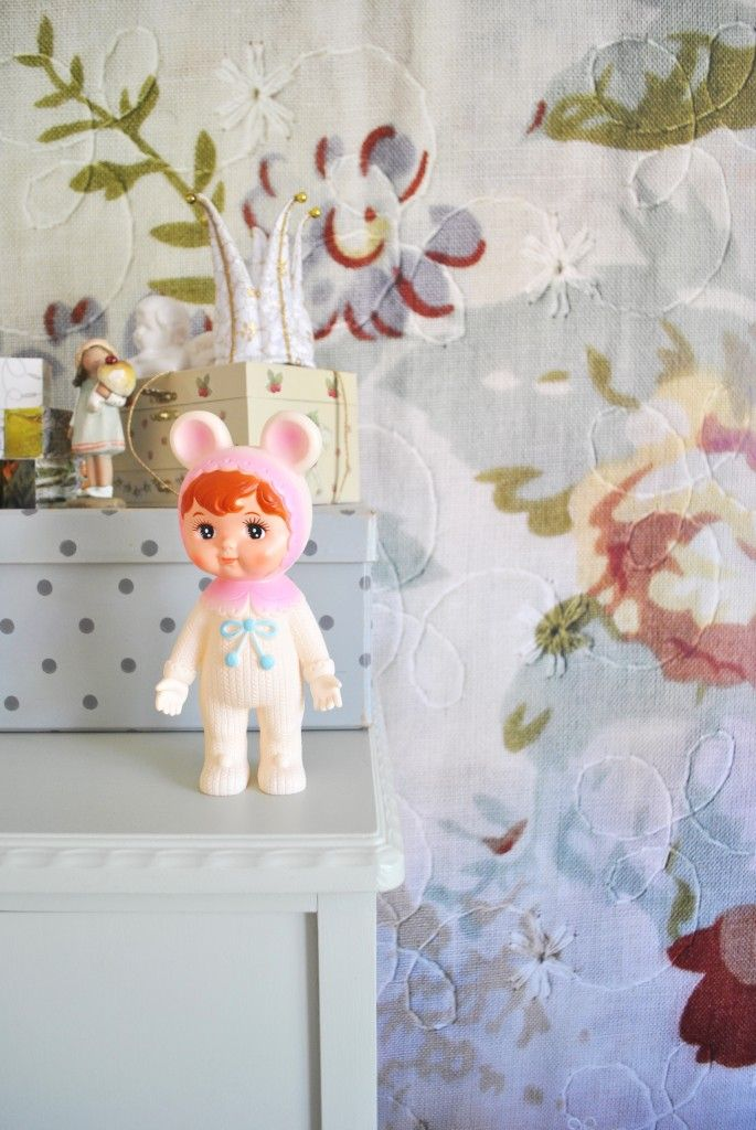 Små flickor i deras sovrum med blommiga tapeter från Mr Perswall